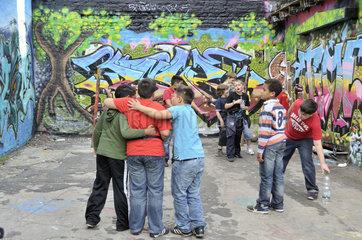 Jungen verschiedener Nationen auf einem Bolzplatz