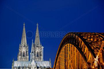 Nachtansicht von Koeln mit Dom und Hohenzollernbruecke