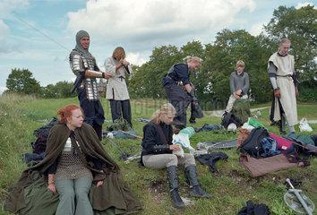 Jugendliche in mittelalterlicher Kleidung  Estland