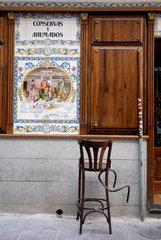 Am Morgen danach: Zerbrochener Barhocker vor einer Bar im Zentrum Madrids