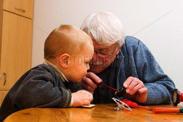 Grossvater und Enkel