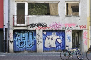 Verschmiertes Reihenhaus mit Garagen  Koeln  Nordrhein-Westfalen