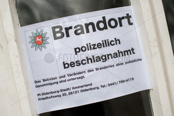 Bad Zwischenahn  Deutschland  Polizeischild an einem Brandort