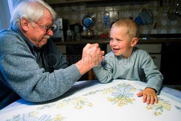 Kraftprobe zwischen Grossvater und Enkel