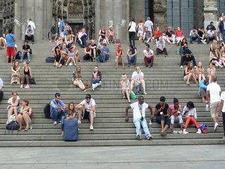 Menschen auf der Koelner Domtreppe