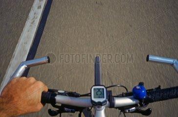 Tachometer am Lenker eines Strassenradfahrers