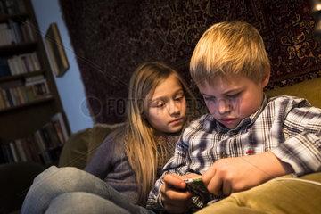 Kinder spielen mit einem Gameboy