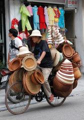 Hanoi  Vietnam  ein Haendler transportiert seine Ware mit dem Fahrrad