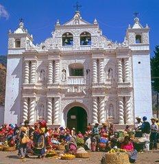 Markt und barocke Kirche in Zunil