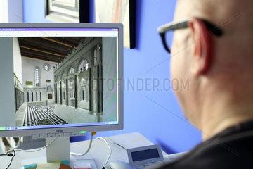 Archaeologische Zone in Koeln: Projektleiter Dr. Sven Schuette betrachtet am Computer eine Rekonstruktion der Synagoge