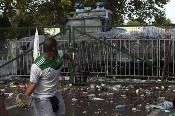 Unruhen an der geschlossenen Grenze zwischen Serbien und Ungarn