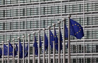Europafahnen vor der Europ__ischen Kommission in Br__ssel