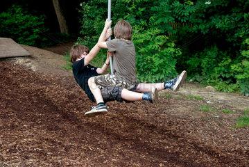 Kinder auf einem Abenteuerspielplatz im Wald