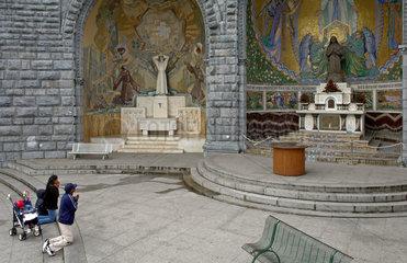 Lourdes: Betende Pilger