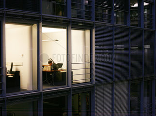 Ein Mann liest an seinem Schreibtisch im Paul Loebe Haus