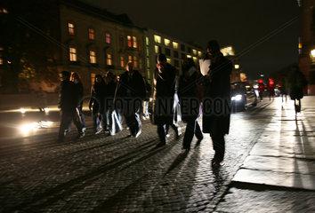 Besucher werfen ihre Schatten beim Verlassen des Reichstages auf das Pflaster