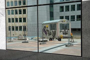 Bauwagen spiegelt sich in der Fassade des EU-Parlament in Bruessel