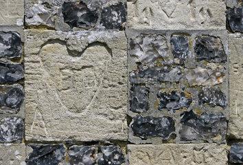 Liebeserklaerung  Eingeritztes Herz in Kirchenmauer