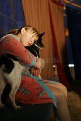 Artistin umarmt Hund