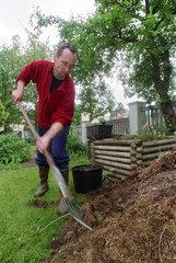 Mann beim Kompostieren