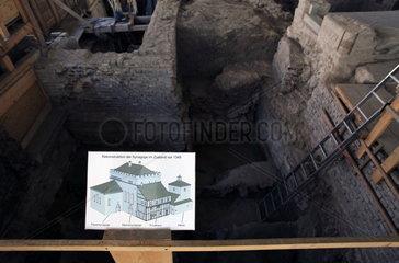 Archaeologische Zone in Koeln: Blick in die Baugrube westlich der Frauensynagoge unter dem Grabungszelt.