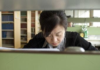 Studentin in der Fachbereichsbibliothek der TU Dortmund