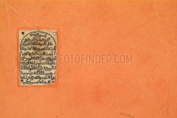 Inschrift in der Altstadt von Marrakesch