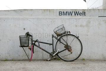 BMW Welt Muenchen. Demoliertes Fahrrad an Betonmauer