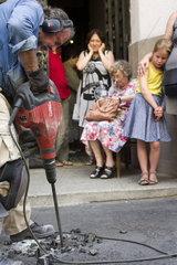 Verlegen von Stolpersteinen in Budapest