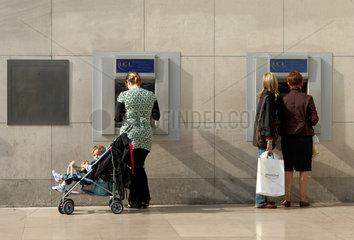 Menschen am Geldautomaten der Credit Lyonnais in Tours