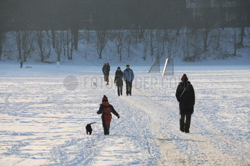Spaziergaenger auf der verschneiten Theresienwiese