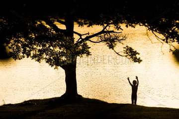 Junge am Ufer des Ostersees