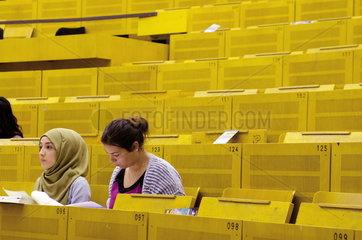 Studentinnen im Hoersaal der Ruhr Universitaet Bochum