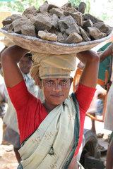 Strassenbauarbeiterin in Indien