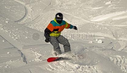 Zwoelfjaehriger Snowboarder  Nebelhorn bei Oberstdorf  Allgaeuer Alpen  Allgaeu  Bayern  Deutschland  Europa