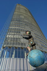 Mercurius-Skulptur vor dem Posttower