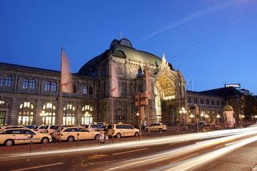 Nuernberg  Deutschland  Aussenansicht des Nuernberger Hauptbahnhofs bei Nacht