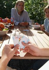 Kartenspiel im Garten