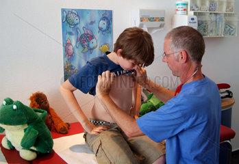 Junge beim Kinderarzt