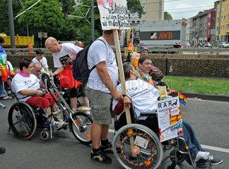 Rollstuhlfahrer demonstrieren fuer barrierefreie Stadt  Koeln