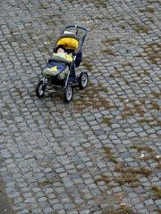 Einsamer Kinderwagen mit Kleinkind