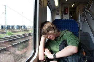 Jugendlicher im Zug