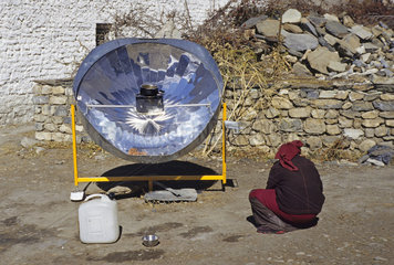 Parabolspiegelkocher  Annapurna Himal  Nepal.Sonnenkollektor