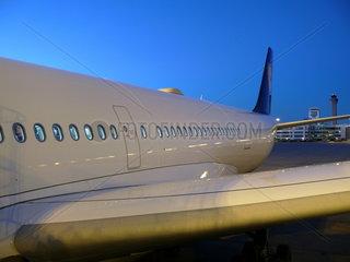 Lufthansa Airbus A340-600 in der Morgendaemmerung