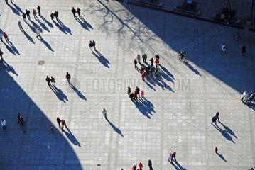 Menschen mit Schatten aus der Vogelperspektive