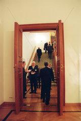 Buerger kommen zu einem Empfang in Schloss Bellevue