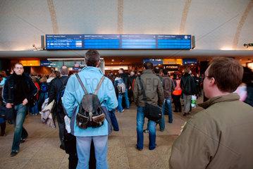 Wartende Bahnreisende waehrend Kyrill-Sturm