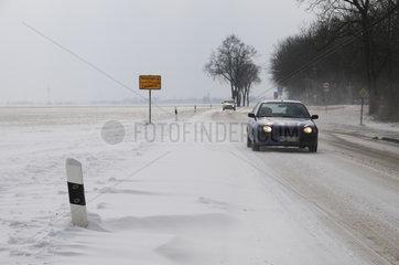 Schneeverwehungen auf Landstrasse