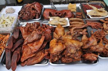 Fleisch und Gefluegel in einer Strassenkueche in Shanghai