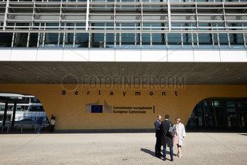 Bruessel  Region Bruessel-Hauptstadt  Belgien - Personengruppe vor dem Berlaymont-Gebaeude im Europaviertel.